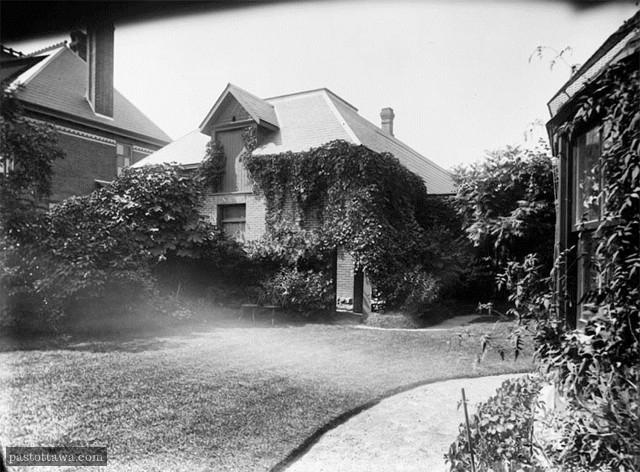 Arrière de la maison de Frederick N. Gisborne sur la rue Lisgar à Ottawa en 1890.