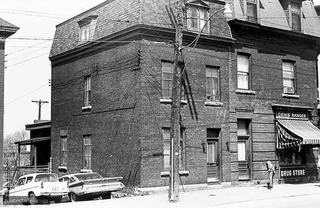 Ancien bâtiment situé au 675 rue Wellington aux Plaines Lebreton à Ottawa en 1962.