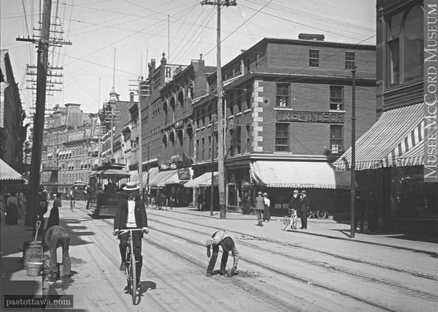 Rue Sparks en regardant vers l'est vers 1900