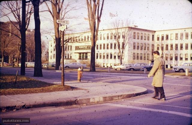 Rue Elgin au coin de la rue Nepean vers 1960