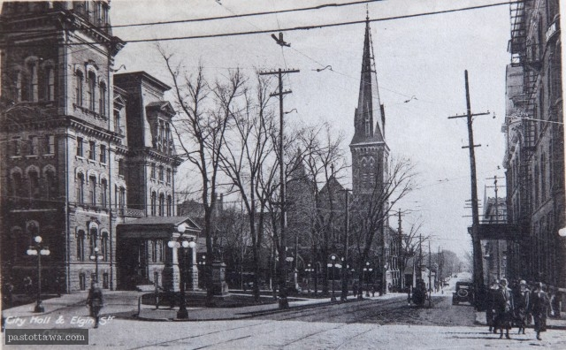 Rue Elgin à Ottawa vers 1920 avec l'Hôtel de ville, et l'église Knox