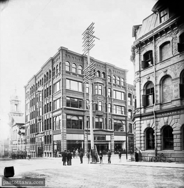 Ross building at the corner of Sparks and Metcalfe Street in Ottawa around 1912