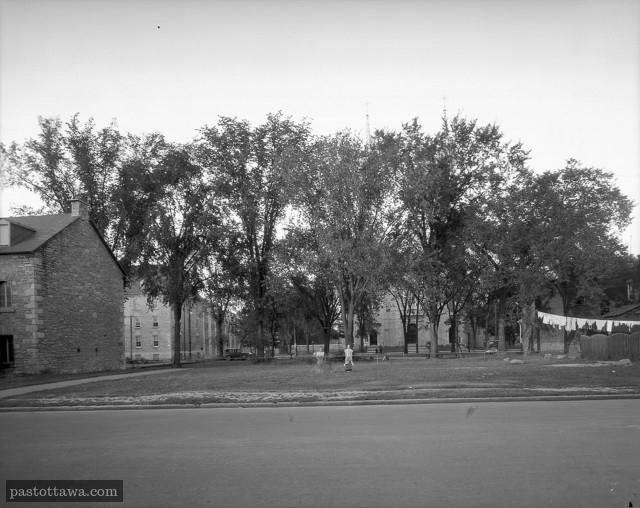 Vue vers l'est de la basilique Notre-Dame à partir de l'ancien segment de Mackenzie.