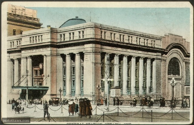 Postcard of Union Station in Ottawa in 1920