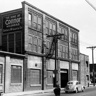 Ancien bâtiment industriel situé au 49 rue Booth à Ottawa.