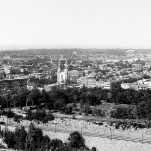 Major Hill Park with the Printing Bureau and Notre-Dame Basilica from the Peace tower