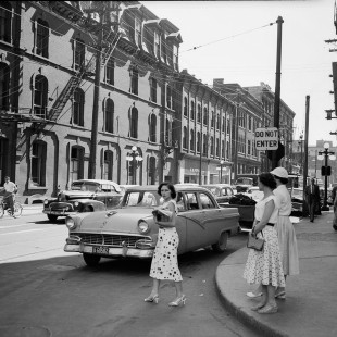 Queen Street around 1950 with the Grand Union Hotel before the High-Commission