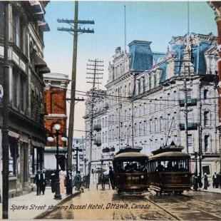 La rue Sparks avec ses gens, ses tramways et la Russell House.