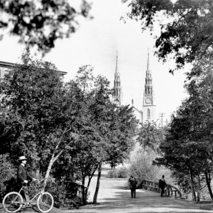 Major Hill Park with the Printing Bureau and Notre-Dame Basilica