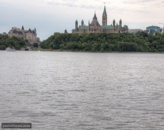 Ottawa Rivier with Parliament Hill in 2013