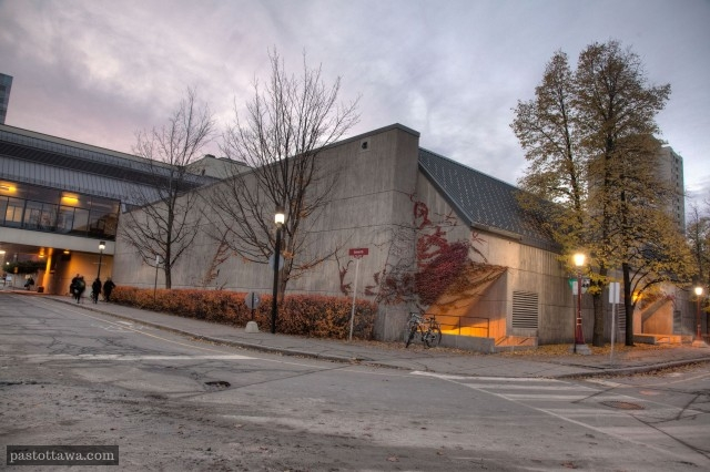 Derrière du pavillon Montpetit à l'Université d'Ottawa.
