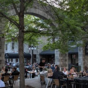 Aire extérieure avec restaurants dans le Marché By.
