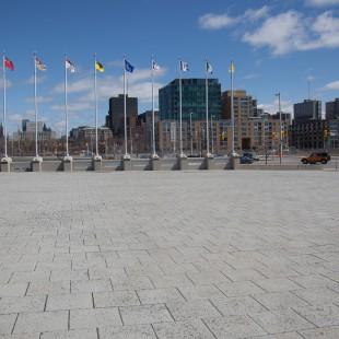 Place publique en avant du Musée de la guerre à Ottawa.