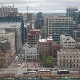 Vue de la rue Wellington et du centre-ville d'Ottawa à partir de la Tour de la Paix